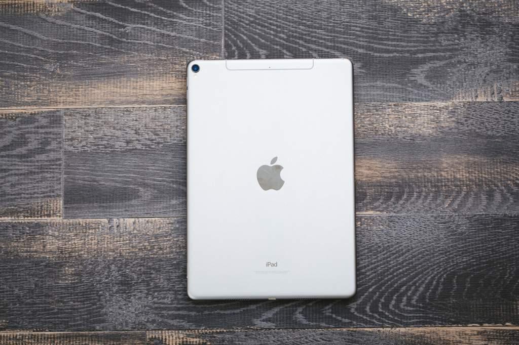 木目のテーブルに置かれたタブレット(iPad)