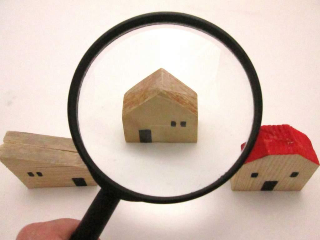 家を見比べる
