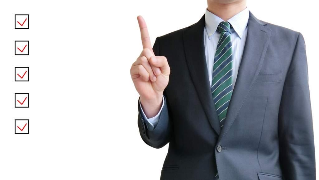 ビジネスマンとチェックリスト