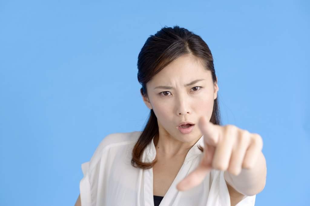 指を差す女性