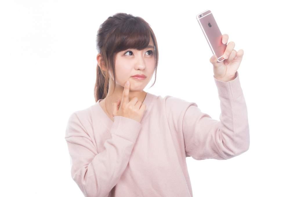 手鏡のかわりに内向きカメラで確認する女性