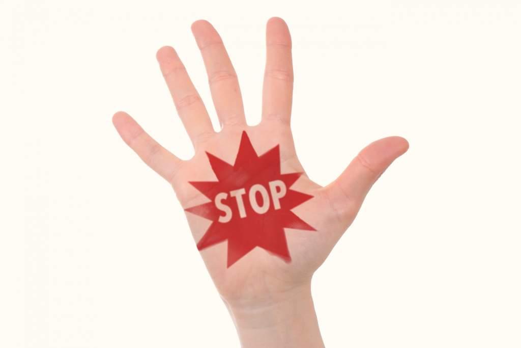 手のひらに書かれたSTOPの文字