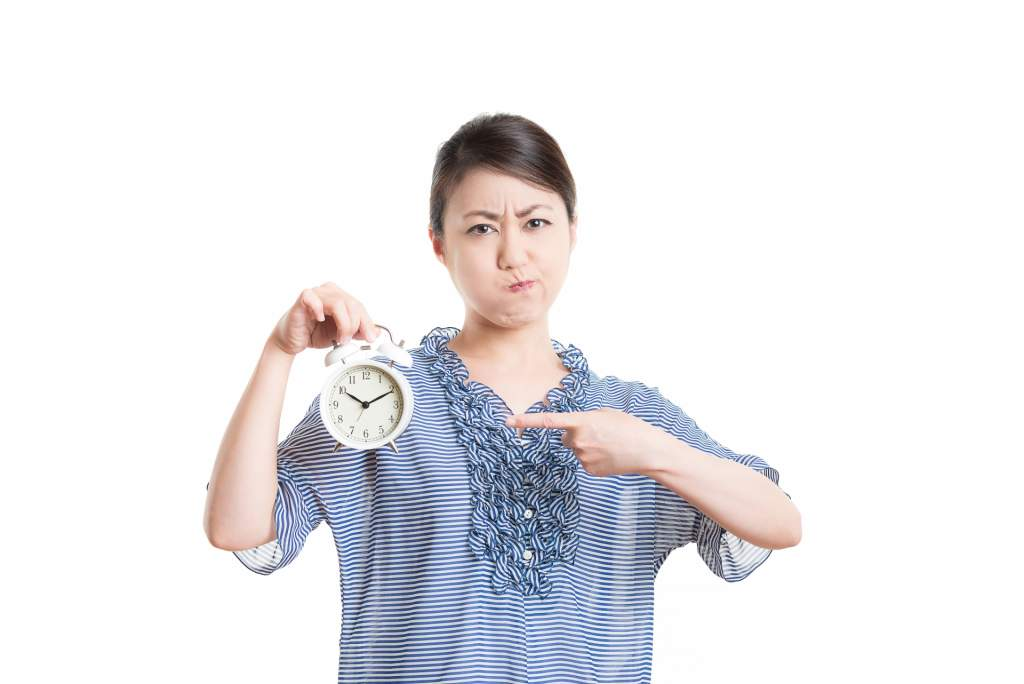 時計を持ち怒る女性