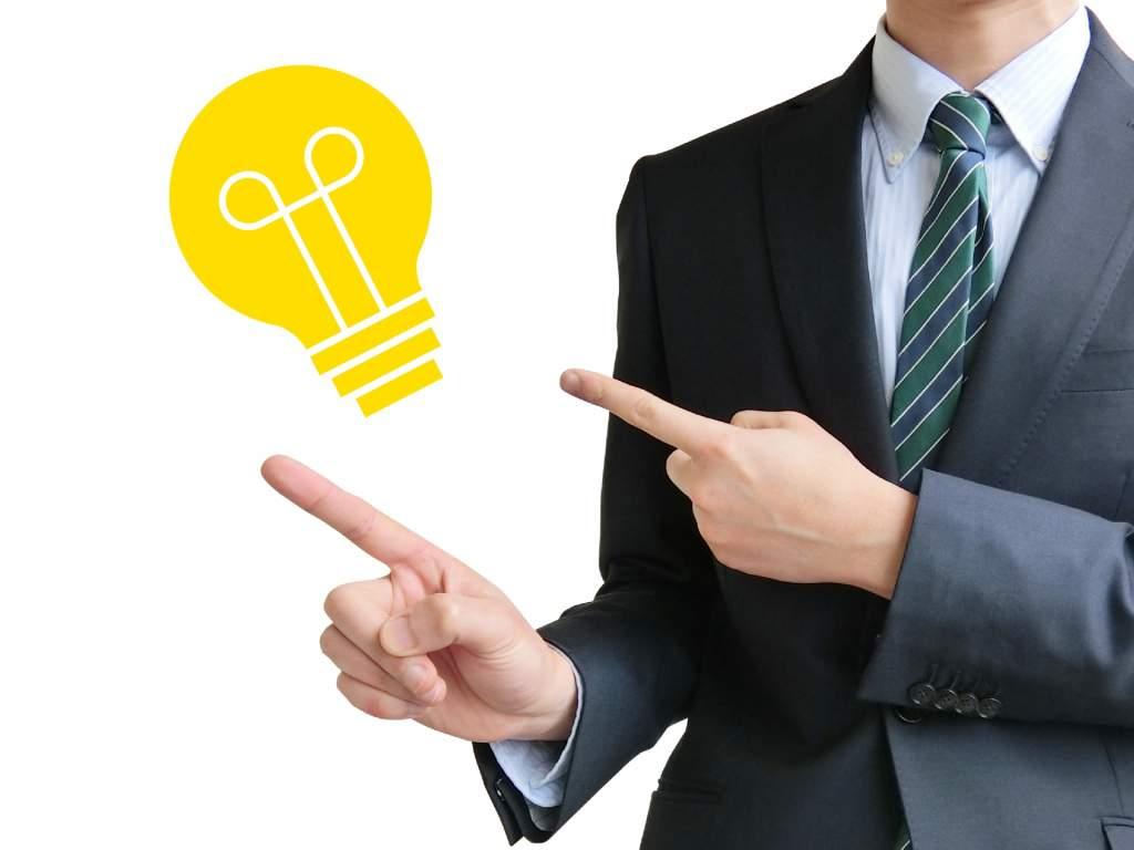 アイデアを出すビジネスマン