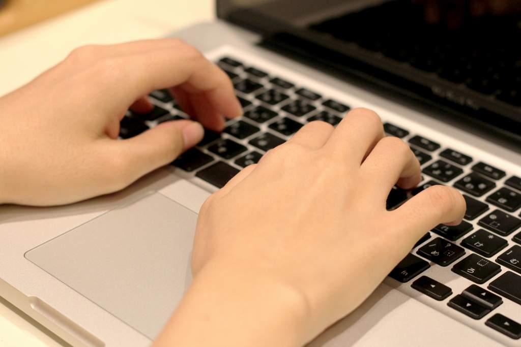 パソコンを扱う男性の手