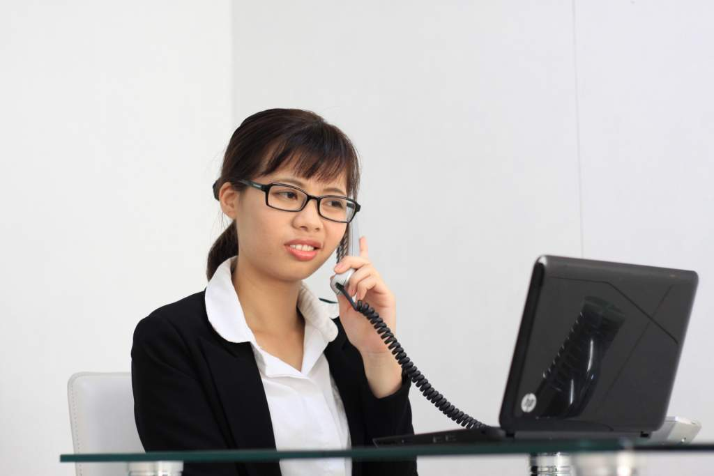 嫌々電話対応する女性