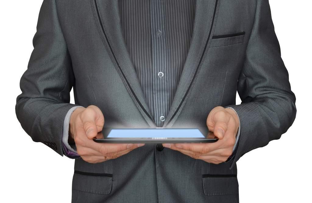 タブレットを見るビジネスマン