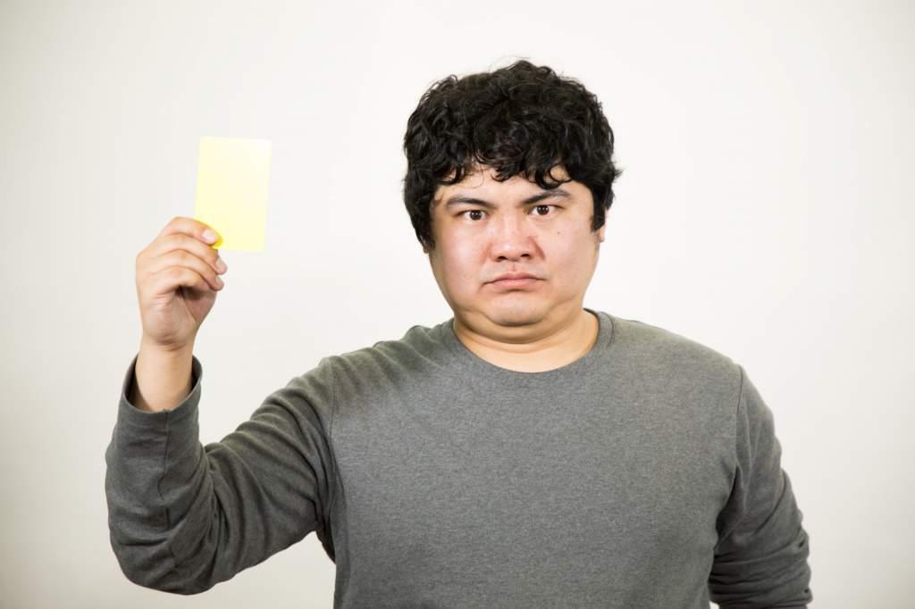 イエローカードを提示する男性