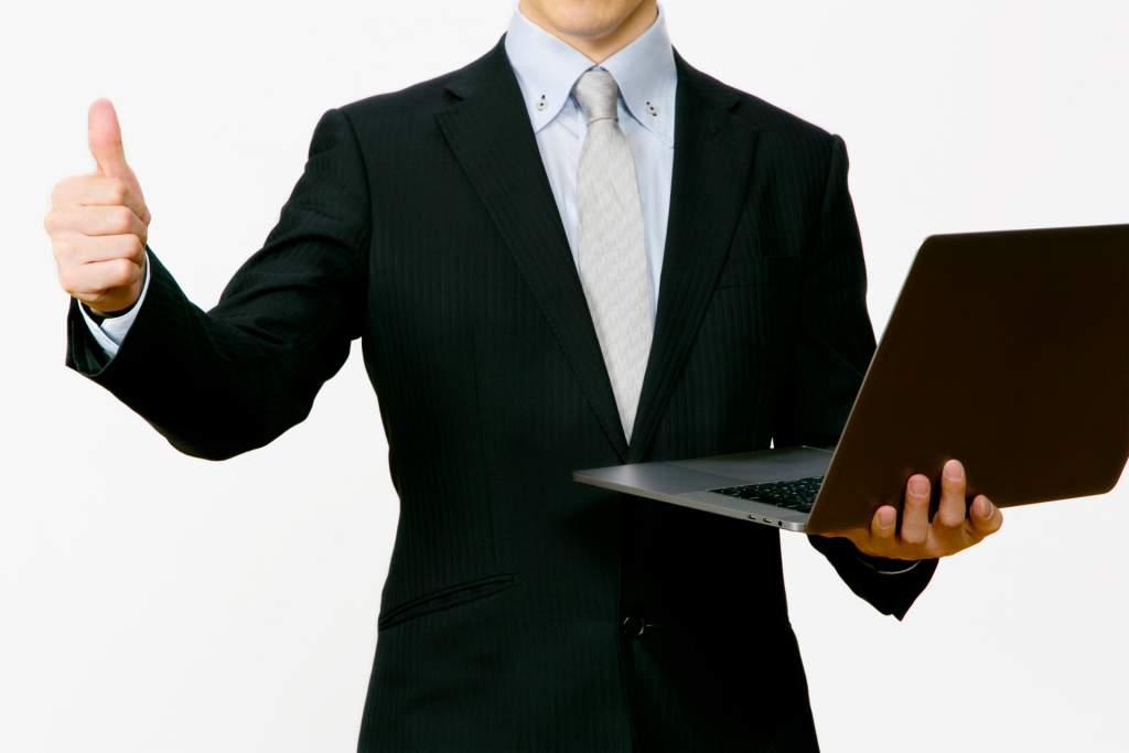 ノートパソコンとgoodサインをするビジネスマン