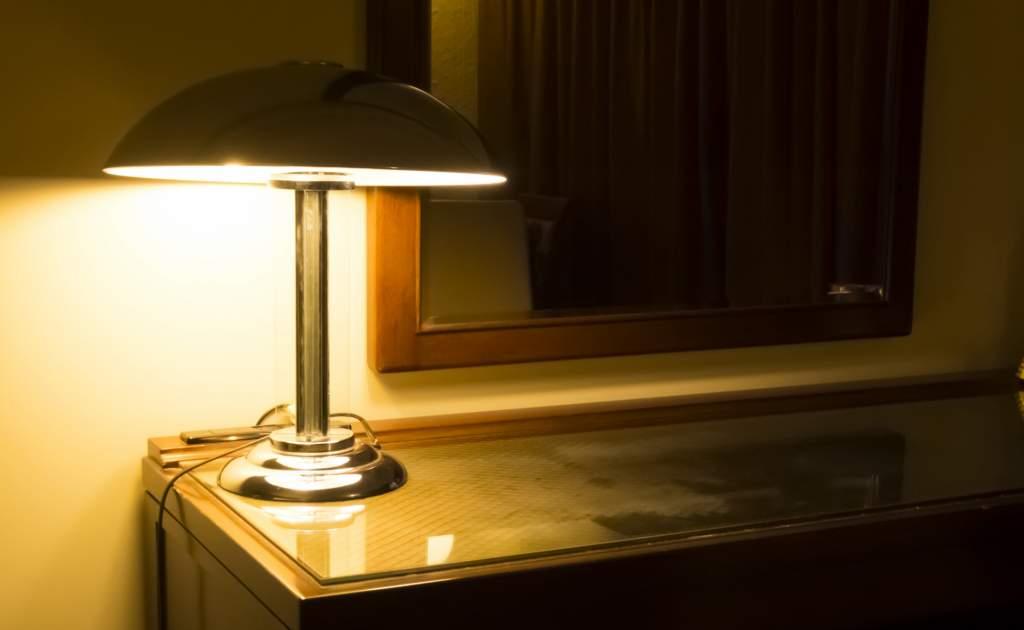 夜の部屋とランプ