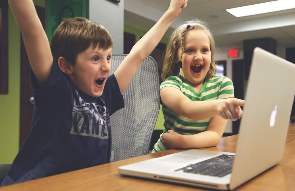 オンラインゲームをする子供