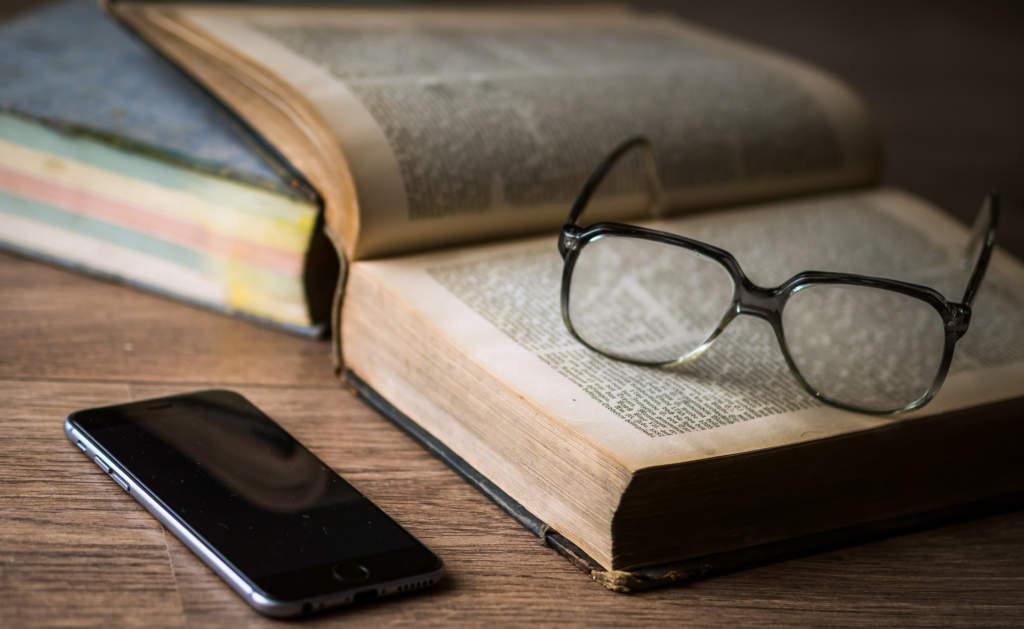 本と眼鏡とスマホ(勉強)