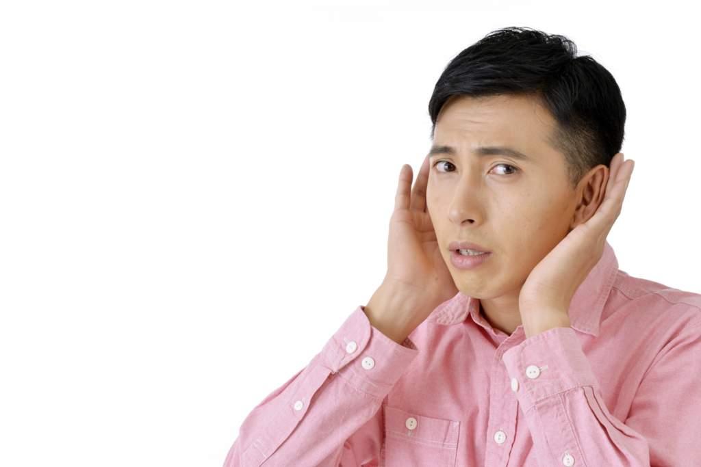 耳をすます男性