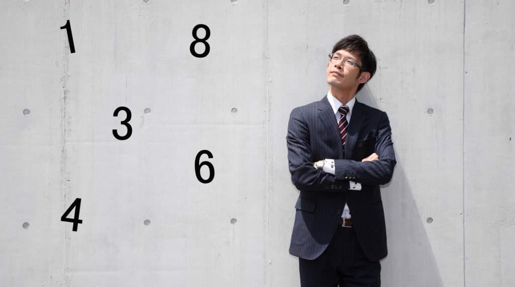 数字を考える男性