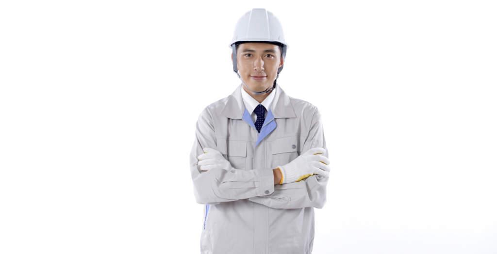 腕を組む工事作業員