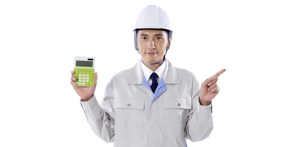 電卓を持った工事作業員