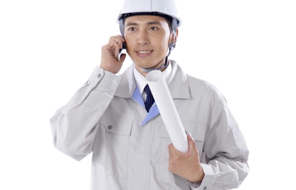 電話する工事作業員