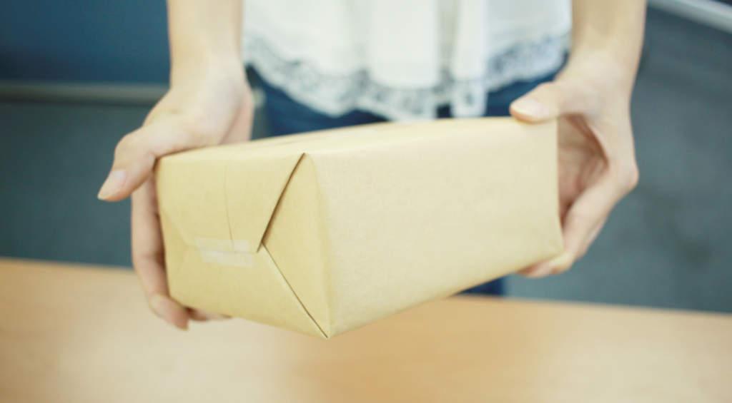 小包を持つ女性