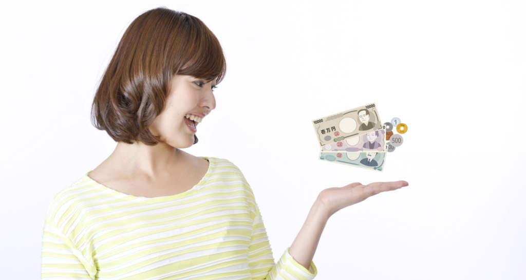 手のひらの上のお金に驚く女性