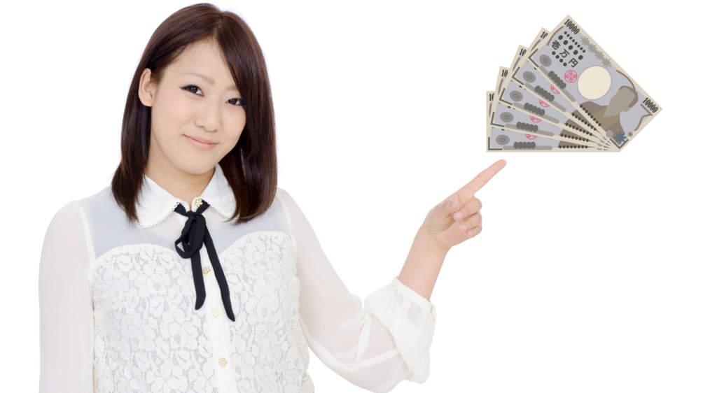 お金を指さす女性