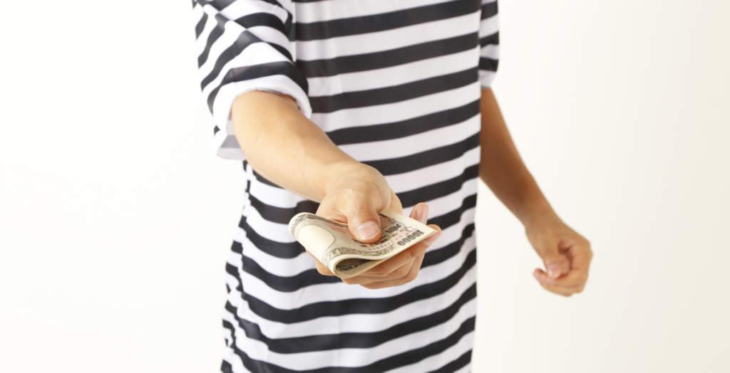 お金を渡す人