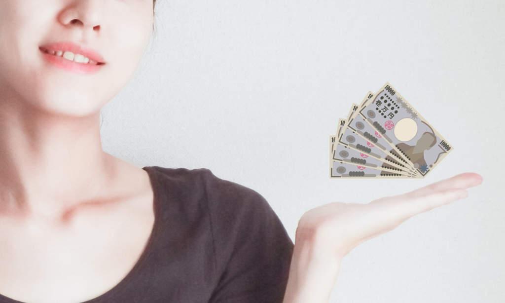 手の平の上にお金をのせる女性