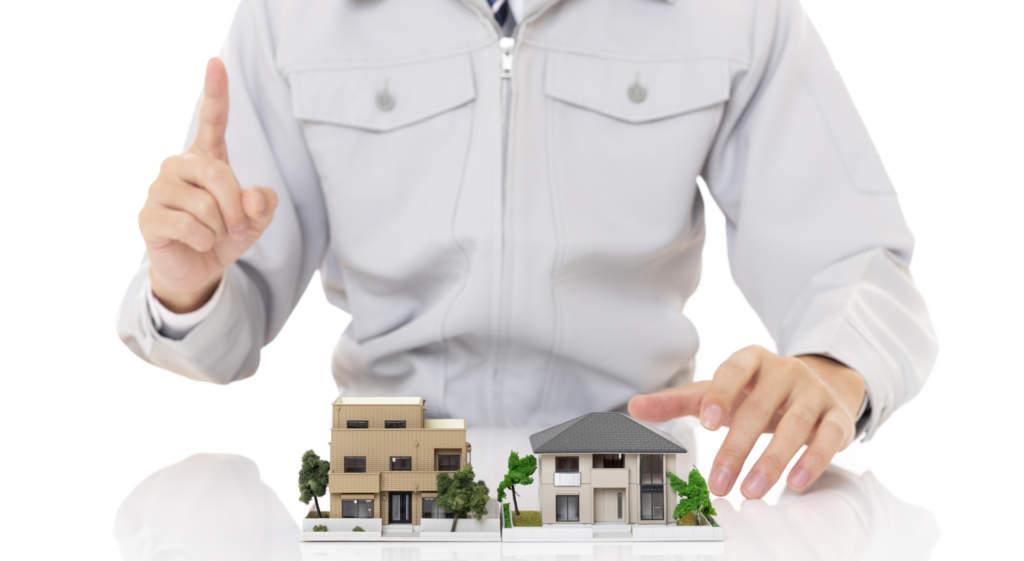 家をチェックする作業服の男性