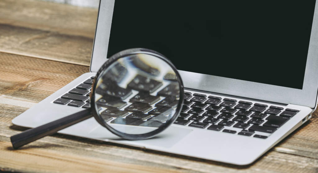 ノートパソコンと虫眼鏡