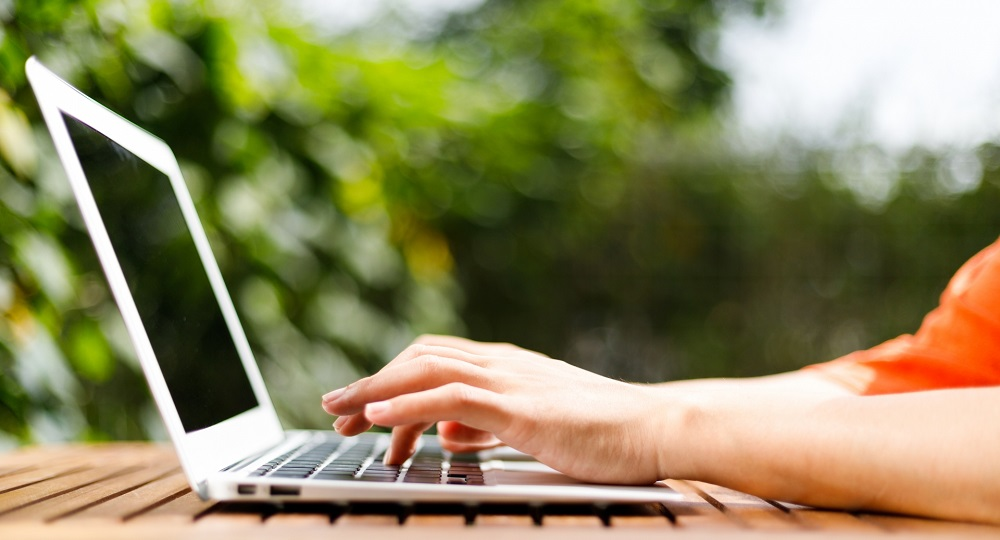 ノートパソコンを使う女性