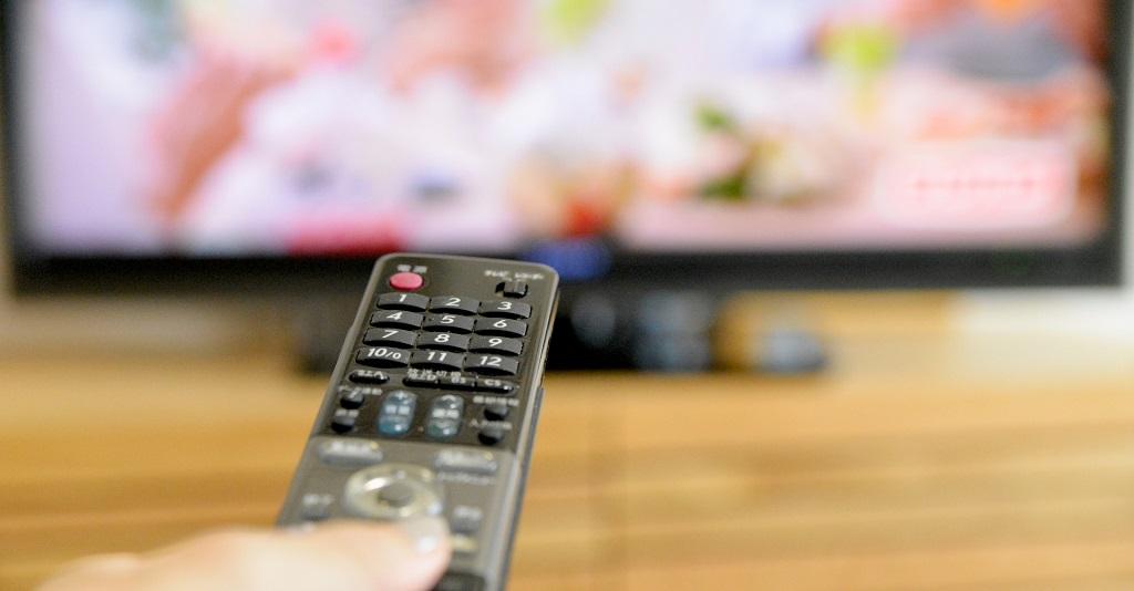 テレビにリモコンを向ける