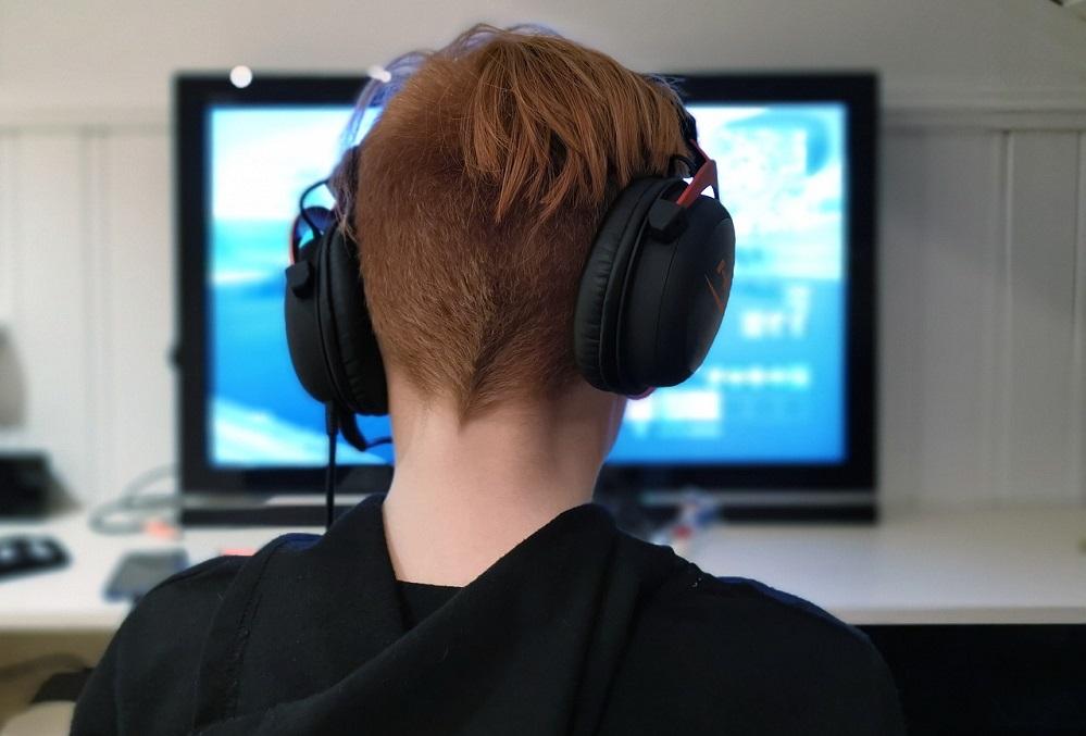オンラインゲームをする少年